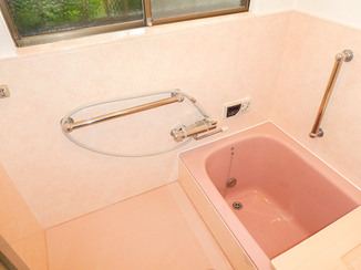 バスルームリフォーム 断熱浴槽や床材でより温かく、お手入れしやすい浴室